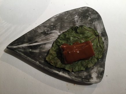 cordero glaceado sobre sal de hojas